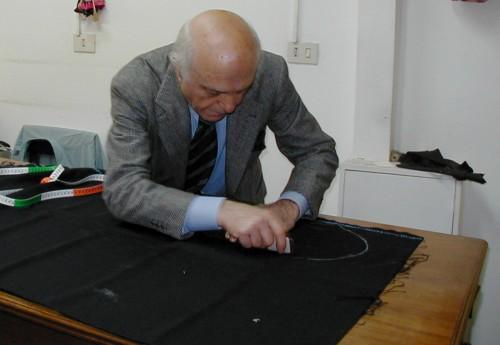 イタリア・ナポリを代表するサルトリア(仕立て屋)の経営者で私の友人、アントニオ・パニコ氏の直裁ちの様子。服地に直接チョークでマークしている。