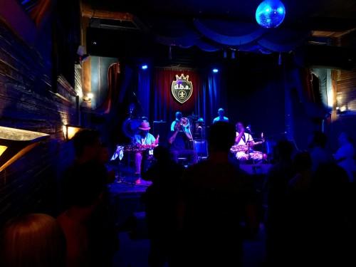 伝統的なデキシーランド・ジャズにファンクやソウルの要素を取り入れた「ダーティ・ダズン・ブラス・バンド」的スタイルの演奏。このライブハウスもノーチャージ。