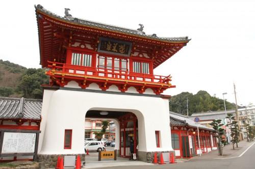 「武雄温泉楼門」は大正3年竣工。辰野の故郷である佐賀県に残る作品で、竜宮城のような奇抜な意匠が目を引く。重要文化財。