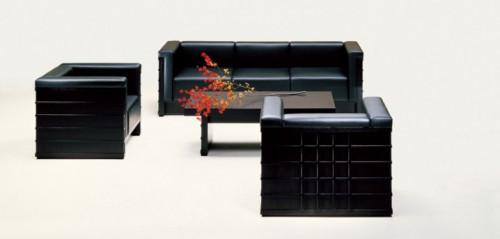 「国立文楽劇場」で使用されている黒川紀章氏デザインの家具。イージーチェア34万1000円~、ソファ66万5000円~、テーブル27万円~。いずれも税抜きで、張地によって価格が異なる。画像提供:天童木工