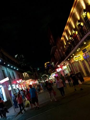 バーボンストリートは、フレンチクォーターの中で最も賑わいのある通りだ。ジャズやロックの生演奏を聞かせるナイトクラブが立ち並び、通りにまで音楽が聞こえてくる。