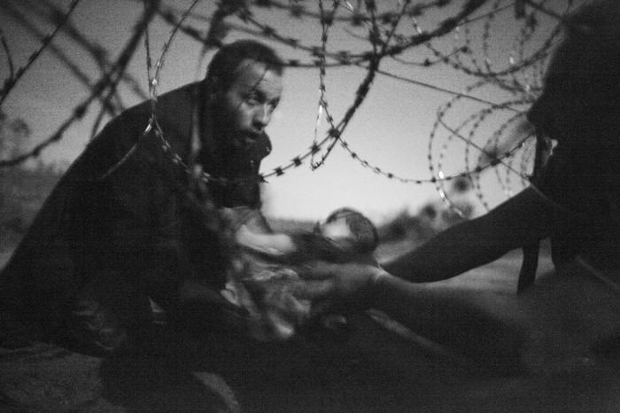 世界報道写真大賞 スポットニュースの部 単写真1位 ウォーレン・リチャードソン(オーストラリア)2015年8月28日レスケ(ハンガリー南部)
