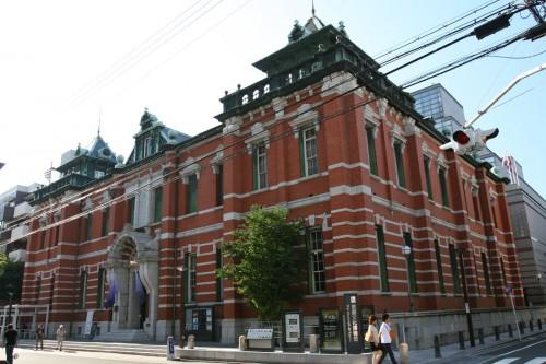 赤レンガに白い花崗岩で装飾する辰野式は、辰野が事務所を開設してから、より好んで用いるようになる。街中で目立つ意匠を狙ったのだろう。写真は「旧日本銀行京都支店」で、明治39年の作品。重要文化財。