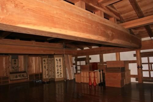 土蔵の2階には巨大な梁が見られ、上質な材を惜しげもなく用いている。