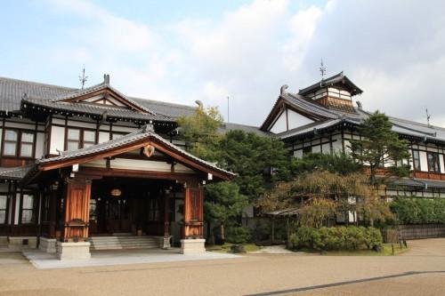「奈良ホテル」は明治42年竣工。奈良という土地柄を意識したのか、まるで天平時代の寺院のような雄大な瓦葺き屋根が特徴的だ。