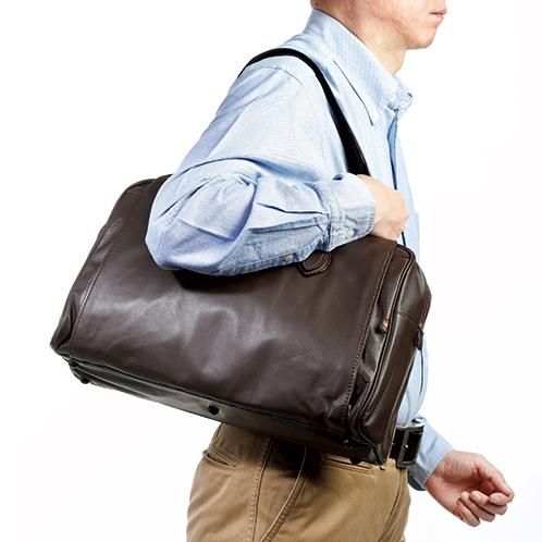 ベルトは4段階で長さ調節ができ、最長(留め具からの長さは約30cm)にすると、トートバッグのように肩掛けにすることができる。