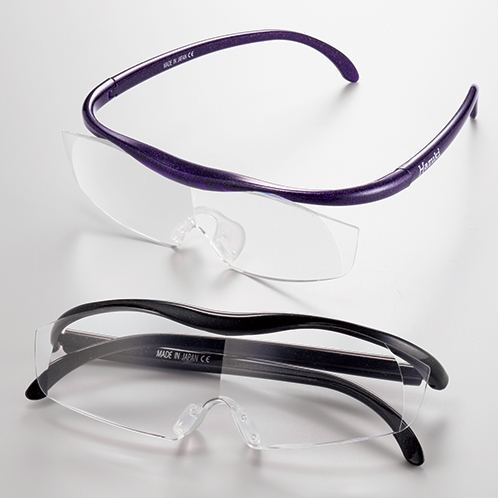 写真上=紫/下=黒 軽いかけ心地で拡大視界が得られる。