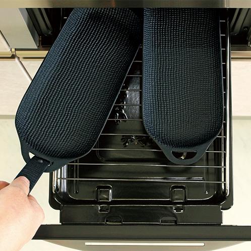 魚焼きグリルに並べて2個入る。上火のみのグリルでも鉄器が熱くなり下面もしっかり焼ける。直火でも使え、ガス台を汚さない。