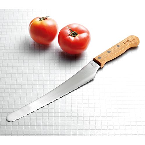 刃の長さは20cm余りと家庭で扱いやすいサイズ。職人の手作業により刃の部分の加工がされている。