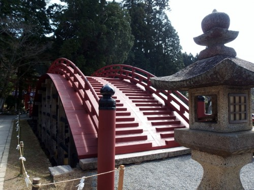 リニューアルされた淀姫寄進と伝わる太鼓橋。