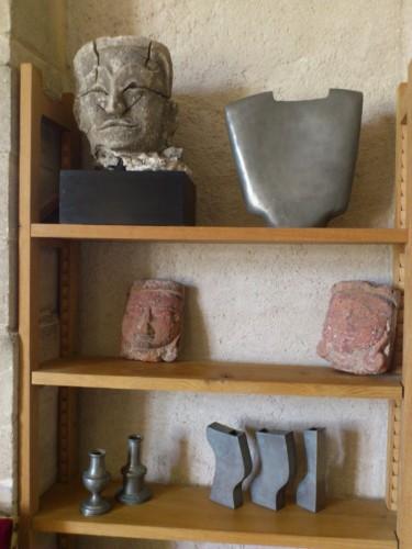 棚は新しいが、そこに並べられている置きものはサド侯爵の蒐集だろうか?