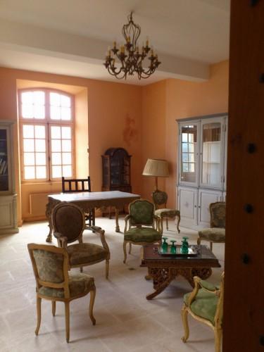 復元されたサド侯爵の居間。