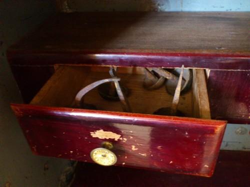 金庫の中には引き出しがあり、開けてみると中には、錆びて曲がった鉄鋲があった。かなり強い力でないとこのようには曲がらないだろう。なぜこのようなものを金庫に入れておくのだろうか。少し恐怖心を感じた。
