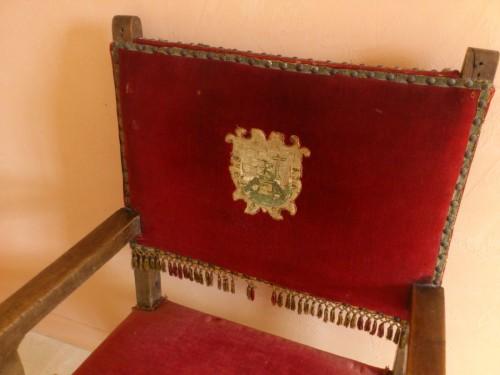 紋章の入った椅子。