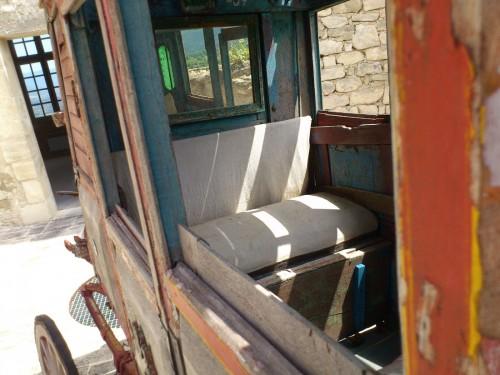 サド侯爵が使っていたものとおぼしき馬車。中は非常に狭い。この時代の馬車の旅がいかに大変だったかを思わせる。
