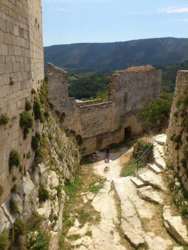 城壁から城門を見下ろす。廃墟そのものである。
