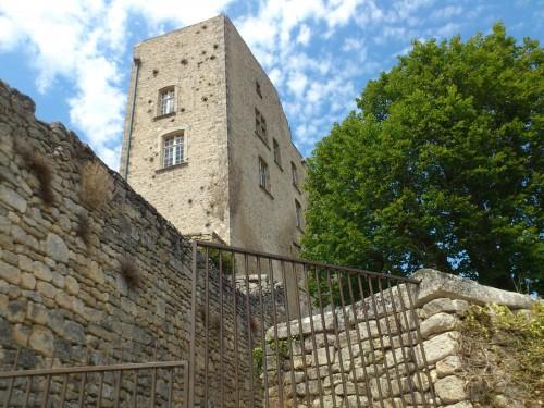 急な坂を上っていくと、サド侯爵の城が見えてくる。