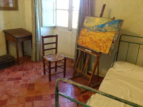 復元されたゴッホの病室。粗末で小さな部屋だが、窓の外にはのどかな田園風景が広がっている。