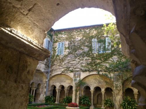 ロマネスク様式の修道院にはこうした美しい中庭がある。