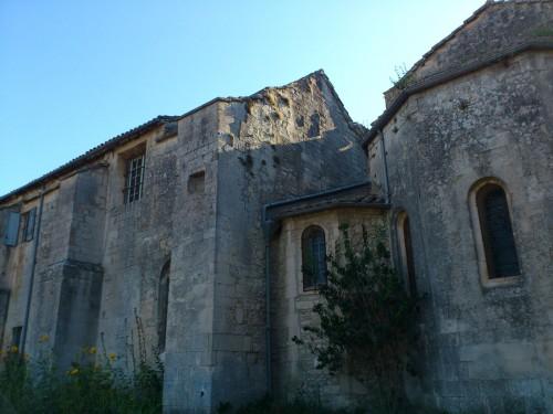 修道院の庭から建物を見上げる。左上の小さな窓からゴッホが顔をのぞかせていたに違いない。