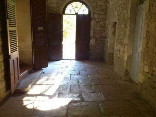 修道院内部から入口への風景。この光と影もゴッホは毎日眺めていたはず。