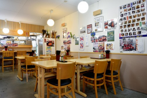 宮城県内に4店舗ある『浜や』が、名取市復興仮設商店街「閖上さいかい市場」の中で経営する店。震災の10年ほど前から赤貝料理を看板にしてきた。漁港から直送の鮮度が自慢。観光客だけでなく、地元閖上の人たちもひんぱんに利用する。赤貝に合う地酒も取り揃えている。