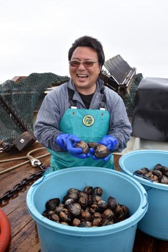 「今日はまあまあの漁かな」と満足げな出雲浩行さん。震災から5年、閖上の漁業復興のため汗をかいてきた人だ。