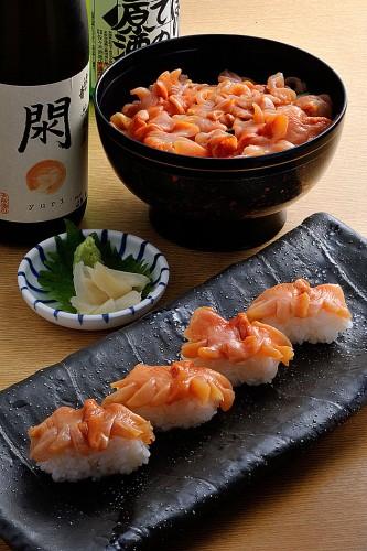 地元での一番人気は生食。写真奥は大小7~8個の新鮮な赤貝を使った「閖上赤貝丼」。大きさで微妙に異なる歯ごたえも楽しめる。税込み2680円。1日5食限定。手前は「閖上赤貝握り」。2個で税込み900円。