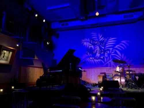 演奏は撮影禁止だったので、店内の雰囲気だけでも。ステージが客席に近く、ムーアのステックさばきも間近で観られた。