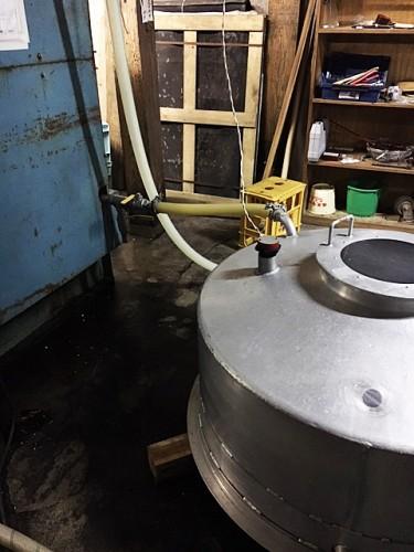 搾り機から垂れる酒を溜める垂れつぼ。