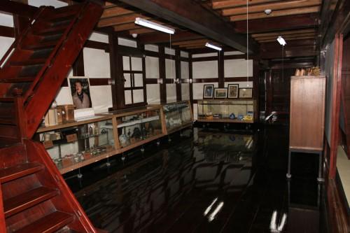 鈴木家の背後には大正4年に増築された土蔵があり、こちらも重要文化財。柱、梁、床に漆が塗られた贅を尽くした空間である。