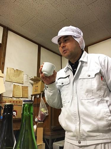 聞き酒をする8代目石合敬三さん。