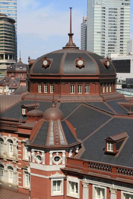 """「東京駅丸の内本屋」は大正3年に完成した赤レンガの壮大な駅舎で、""""辰野式""""のデザインを用いた辰野の集大成といわれる大作。重要文化財。"""