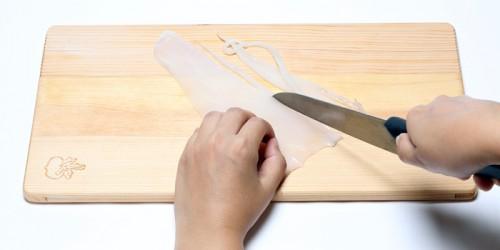①イカをうどんのように細長く切り、さっと茹でてザルに揚げ、水気を切る。イカは縦に切ると口当たりが柔らかになる。