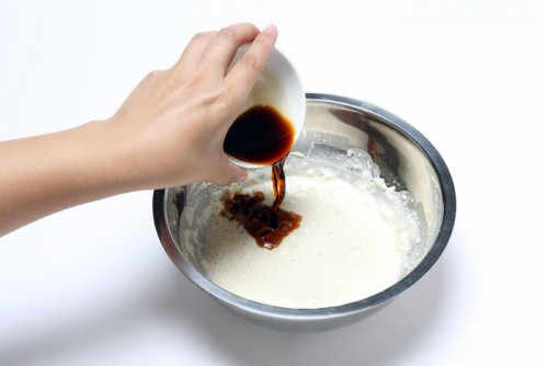 ①小麦粉と水を混ぜて、醤油を加えて味付きの衣にする。