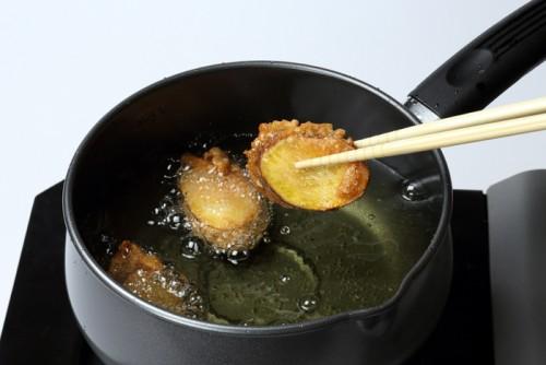②芋を絡めて、油で揚げる。揚げ時間は3分が目安(竹串を刺して、すっと通ればOK)。