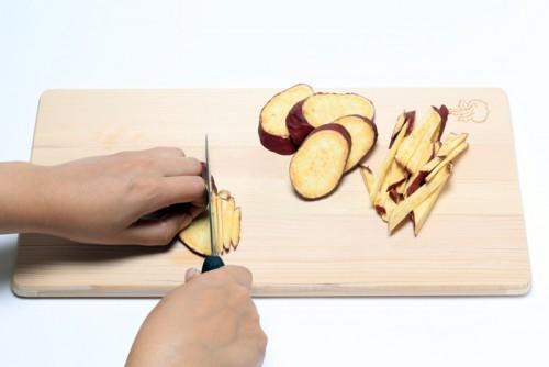 ①芋とショウガを千切りにしてアレンジ①で使って残った衣と合せる。