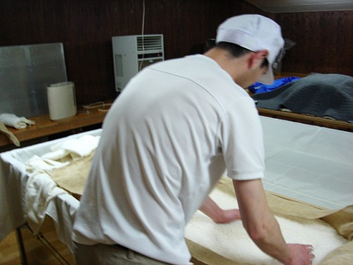麹室にて麹造り作業。