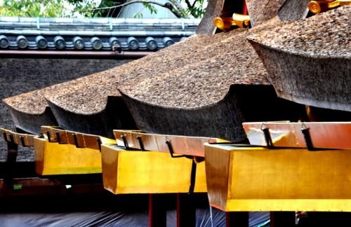 曲線が多い本殿の屋根。下は鍍金を施した樋(とい)。