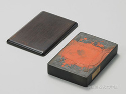 漱石遺愛の硯のひとつ。中国の黄河下流に位置する山東省で製作された魯硯(ろけん)。神奈川近代文学館所蔵
