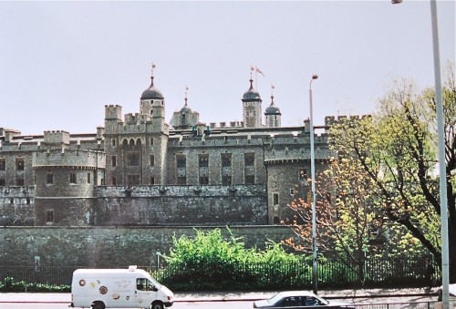 11世紀のウィリアム1世から17世紀のジェームズ1世まで、歴代の国王が住んだロンドン塔は、牢獄や処刑場としての血塗られた歴史をも秘める。