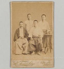 留学が決まった漱石は、いったん東京へ戻って身支度を整え、欧州行きの船に乗った。写真は明治33年6月に熊本を去る前、第五高等学校の生徒らと。左端が漱石。神奈川近代文学館所蔵