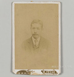 明治28年3月に撮影された漱石の見合い写真。神奈川近代文学館所蔵