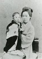 明治33年頃に写された鏡子と筆子の写真。英国留学中の漱石が大切に部屋に飾っていたのも、こうした写真だった。神奈川近代文学館所蔵