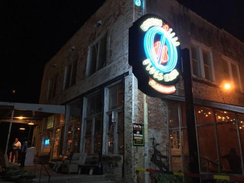 『グランド・ゼロ・ブルース・クラブ』は、『デルタ・ブルース・ミュージアム』の斜め前にある。