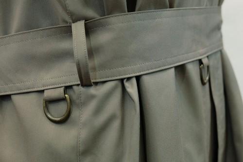 腰のベルトにつけられた金属製のDリング。