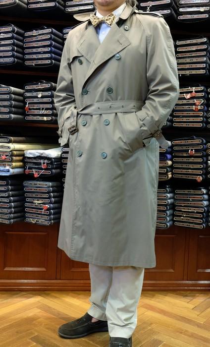 ここ数年、女性にも人気になっているトレンチコート。レインコートとして着用するなら、フォーマル以外のどんな洋服にも合わせられます。