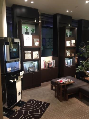 グランドセイコー、パテック・フィリップなどを扱う2階では、時計雑誌を読みながらゆっくりとくつろげるスペースもあります。