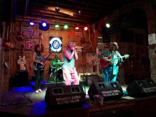 ステージはブルースギターを中心に、何人かが入れ替わって演奏していた。後半はブルースハープも加わって、よりブルージーな感じに。田舎町といえども、そこはブルース発祥を誇る土地柄、演奏レベルは高い。