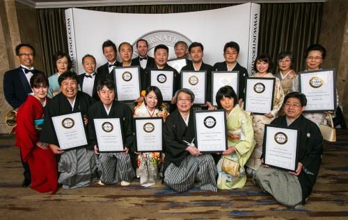 ロンドンで開催されたメダル授賞式でトロフィーを獲得した蔵元の皆さん。男性は紋付袴姿、女性は着物姿で出席し日本の伝統美もPR。